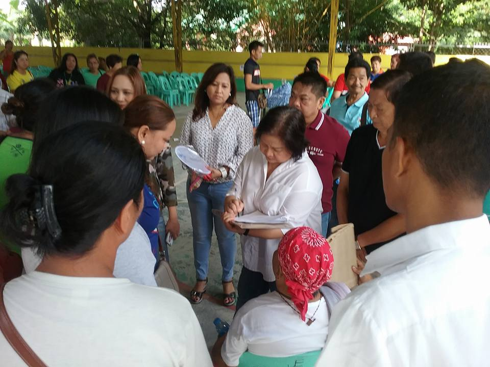 Distribution of Philhealth I.D. by Gov. Lillia Nanay Pineda to the people of Bacolor