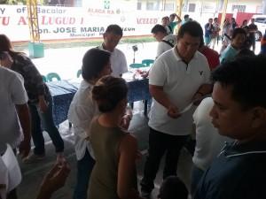 Distribution of Philhealth I.D. by Gov. Lillia Nanay Pineda to the people of Bacolor (2)