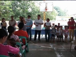 Distribution of Philhealth I.D. by Gov. Lillia Nanay Pineda to the people of Bacolor (3)